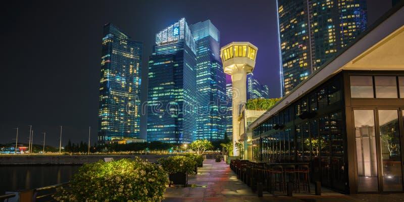 Singapura - 14 de outubro de 2018: arranha-céus do distrito financeiro na baía do porto em singapore na noite imagem de stock