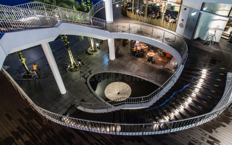 Singapura 26 DE SETEMBRO DE 2017: Escadaria exterior do anel do shopping de Singapura VIVOCITY fotografia de stock