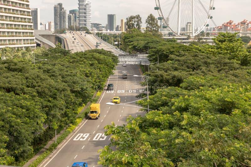 Singapura - em dezembro de 2018: Carros em uma estrada em Singapura Inseto de Singapura no fundo fotografia de stock