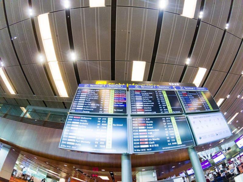 SINGAPURA, SINGAPURA - EM MARÇO DE 2019: Chegadas e partidas do aeroporto de Changi em Singapura fotos de stock