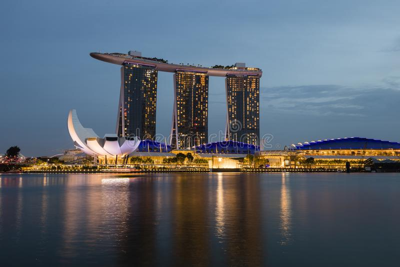 SINGAPURA, o 9 de dezembro de 2017: O recurso novo de Marina Bay Sands em Singapura fotografia de stock