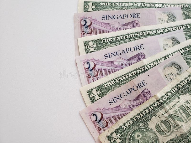 Singapurische Banknoten von zwei Dollar und von Amerikaner ein Dollarscheine stockbild