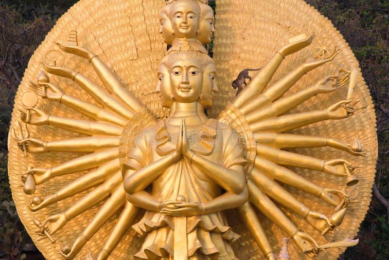 Singe sur la statue de Shiva photographie stock