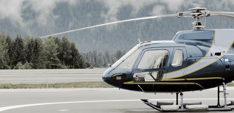 Singel-motor helikopter på plattformen för lansering arkivfoto