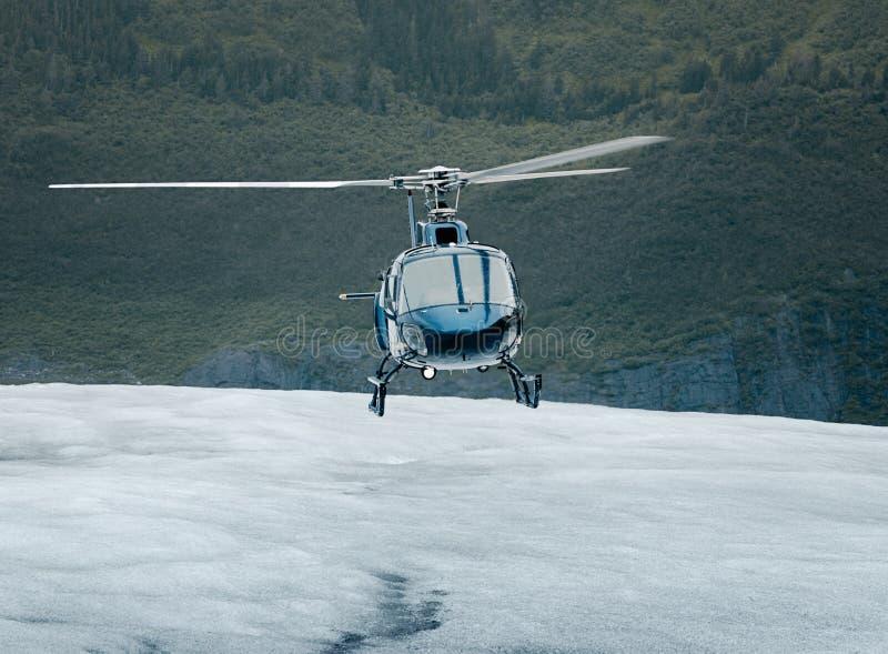 Singel-motor helikopterlandning på ett isfält arkivbild
