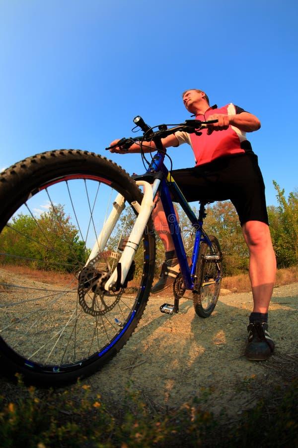 Singeln för mountainbikecyklistridning spårar på soluppgången arkivbilder