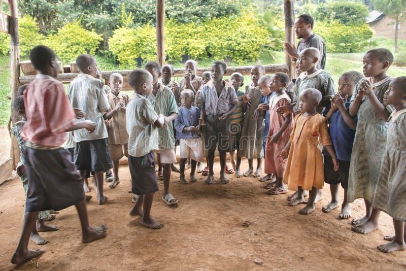 Singenund tanzende Kinder in Afrika lizenzfreies stockbild