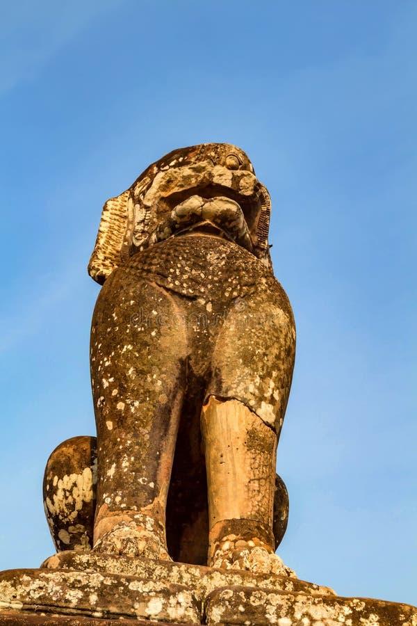 Singha statua przed Angkor Thom świątynią fotografia stock