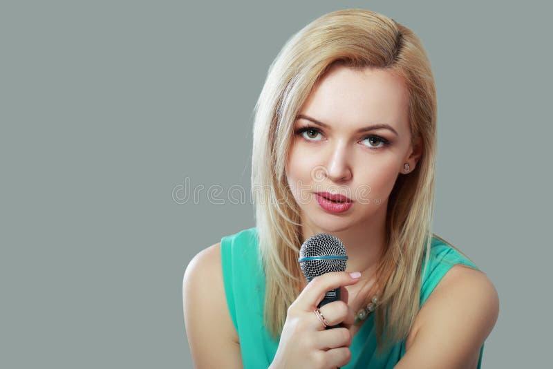 Singigng молодой женщины стоковое изображение rf