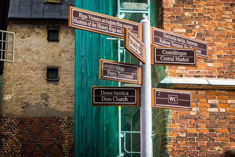 Singnals d'une rue croisée à Riga, Lettonie image libre de droits