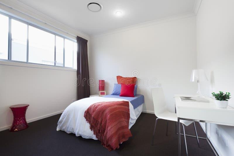 Singola camera da letto moderna fotografia stock