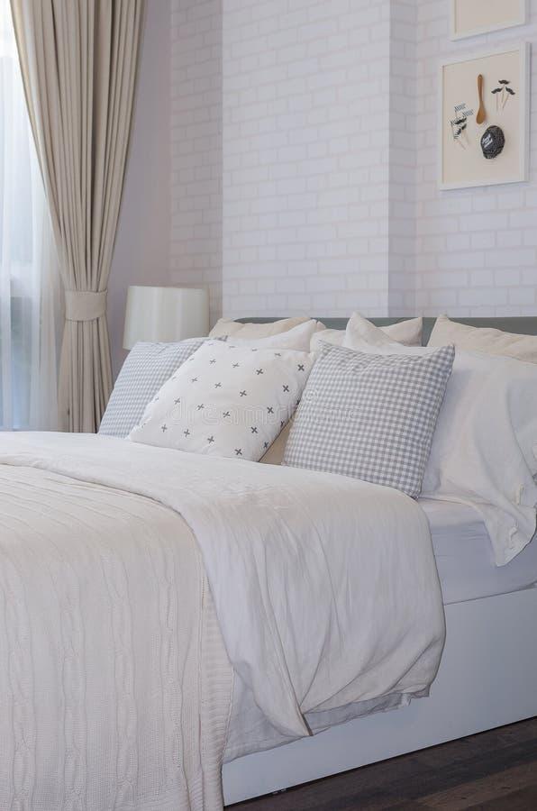 Singola camera da letto moderna bianca fotografie stock libere da diritti