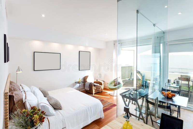 Singola casa moderna della camera da letto fotografia stock
