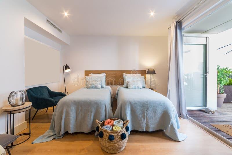 Singola casa moderna della camera da letto con la piccola cucina fotografie stock