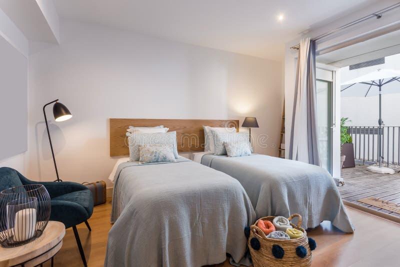 Singola casa moderna della camera da letto con la piccola cucina immagine stock