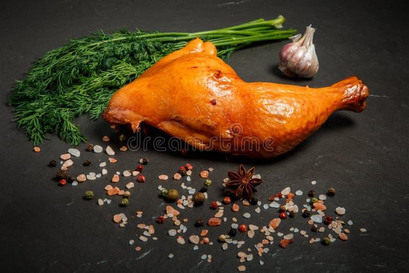 Singola coscia di pollo affumicata con aneto, aglio e le spezie freschi immagini stock libere da diritti