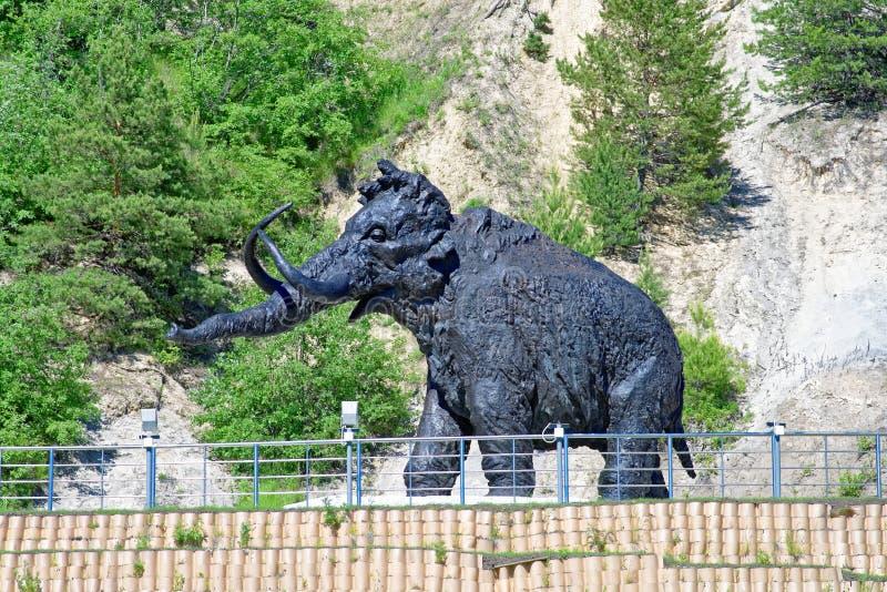 Singola figura di un mammut, un percorso di composizione scultorea all'aperto in Chanty-Mansijsk, Russia immagine stock libera da diritti