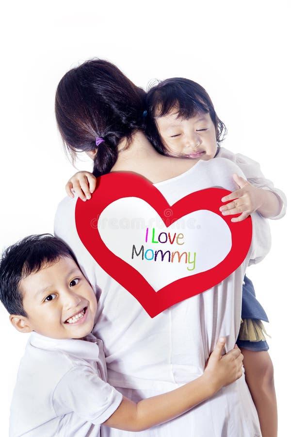 Singola mamma amata dai bambini - isolati immagine stock libera da diritti