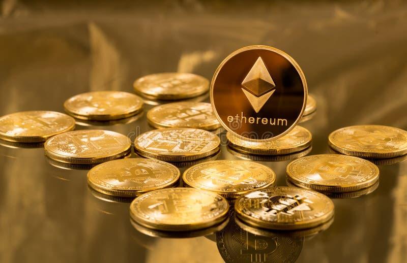 Singola moneta dell'etere o di ethereum sopra i bitcoins immagini stock libere da diritti