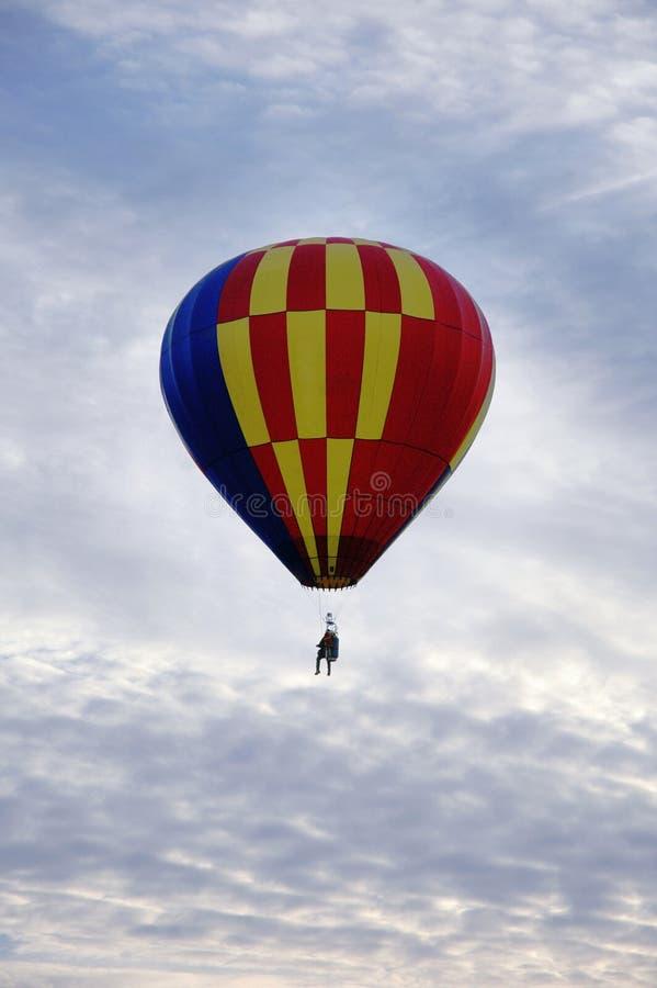 Singola mongolfiera nell'aria, Sunny Morning della sedia fotografie stock