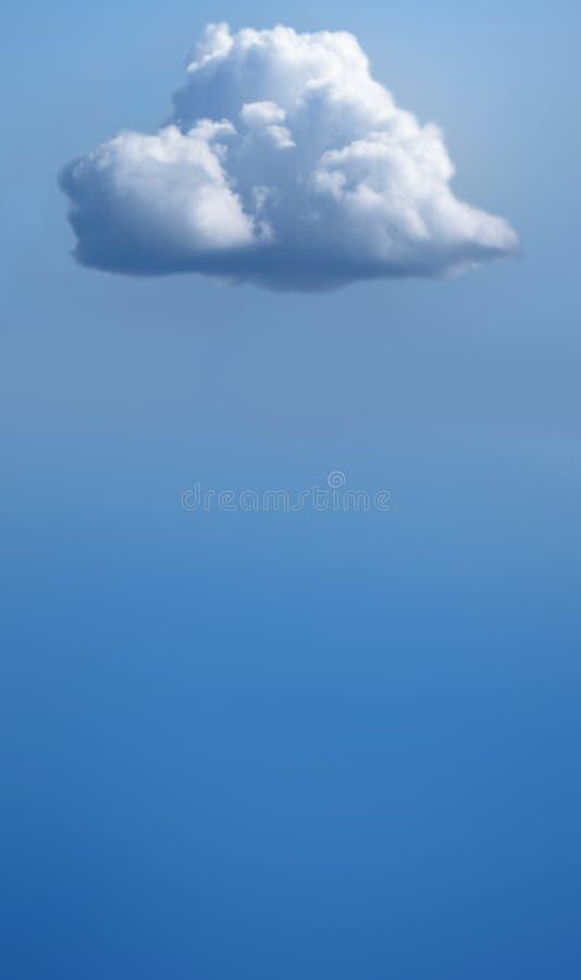 Singola nuvola bianca su cielo blu fotografia stock