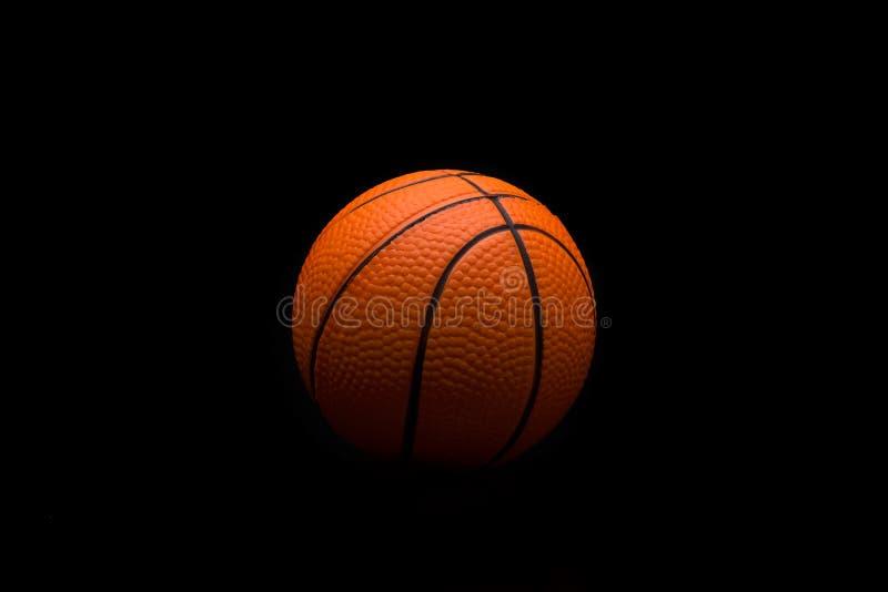 Singola pallacanestro su un fondo nero immagini stock libere da diritti
