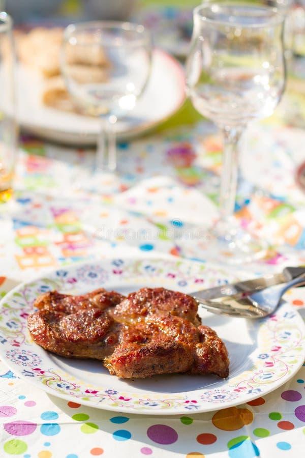 Singola porzione di bistecca del bbq sulla decorazione della festa di compleanno fotografia stock