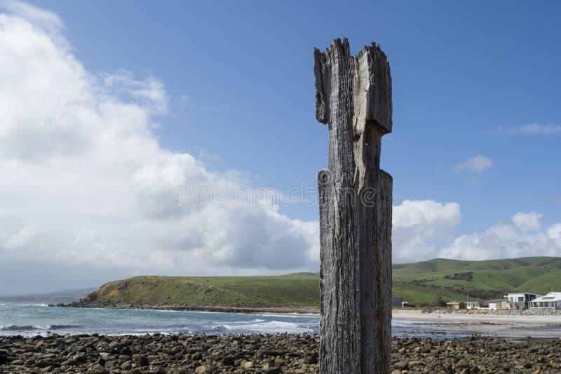Singola posta della colonna del pilone, rovine del molo, spiaggia di Myponga, Aust del sud immagini stock libere da diritti
