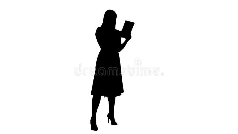 Singola ragazza della siluetta che rende una video chiamata sulla sua vista laterale della compressa integrale royalty illustrazione gratis