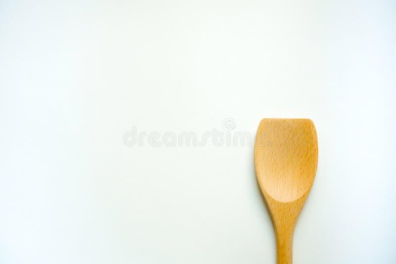 Singola siviera di legno isolata su fondo bianco cucchiaio di legno dell'attrezzatura della cucina fotografia stock