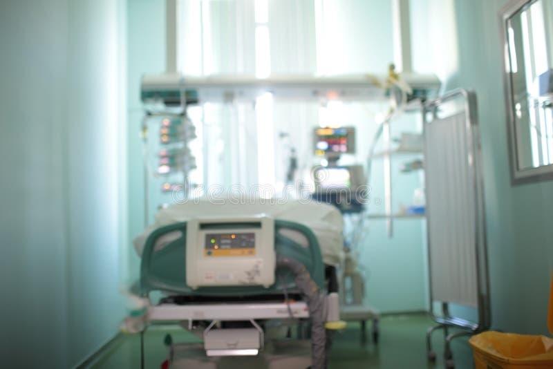 Singola stanza paziente con la finestra di osservazione nell'unità di cure intensive, fondo unfocused fotografie stock libere da diritti
