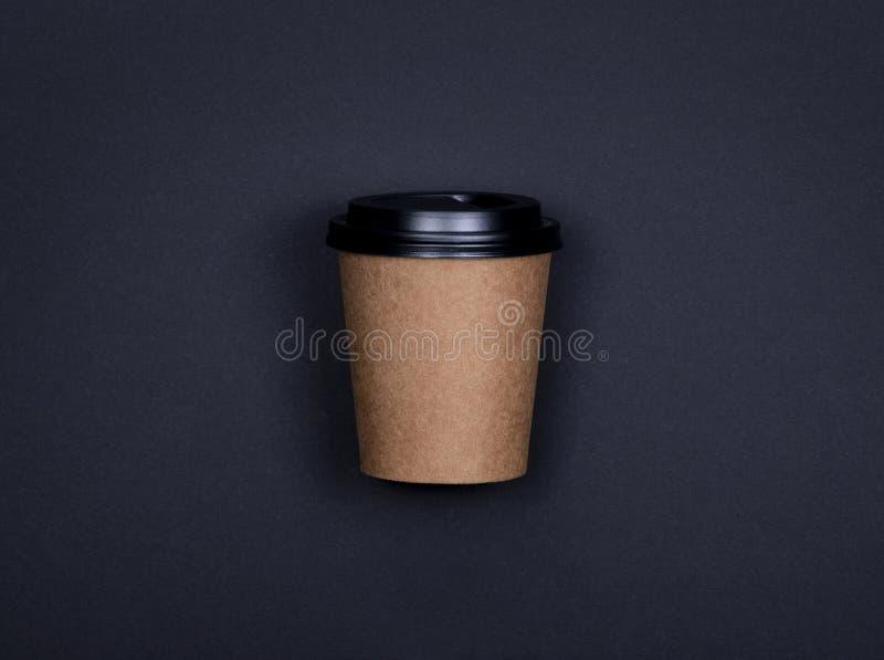 Singola tazza di caffè marrone della carta del mestiere da andare su fondo nero con lo spazio della copia fotografia stock