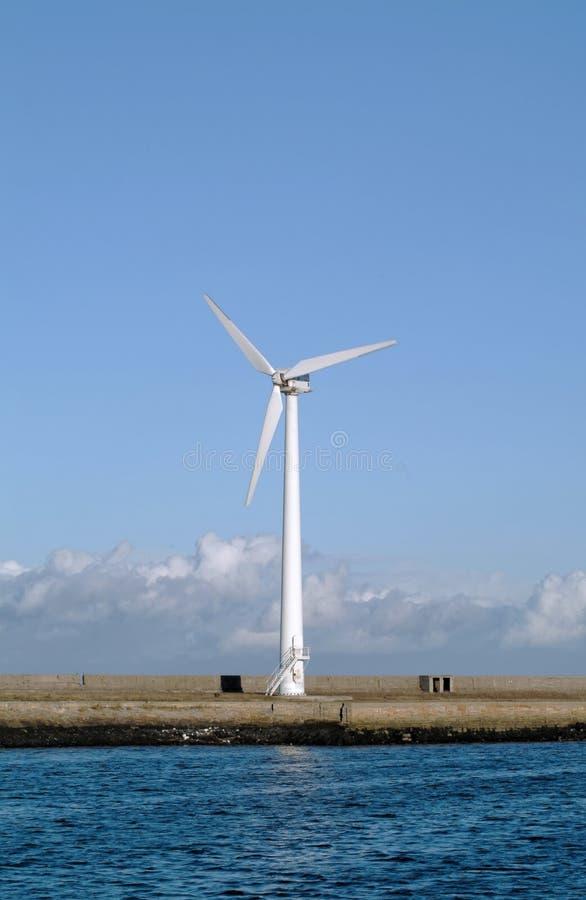 Singola turbina di vento fotografia stock