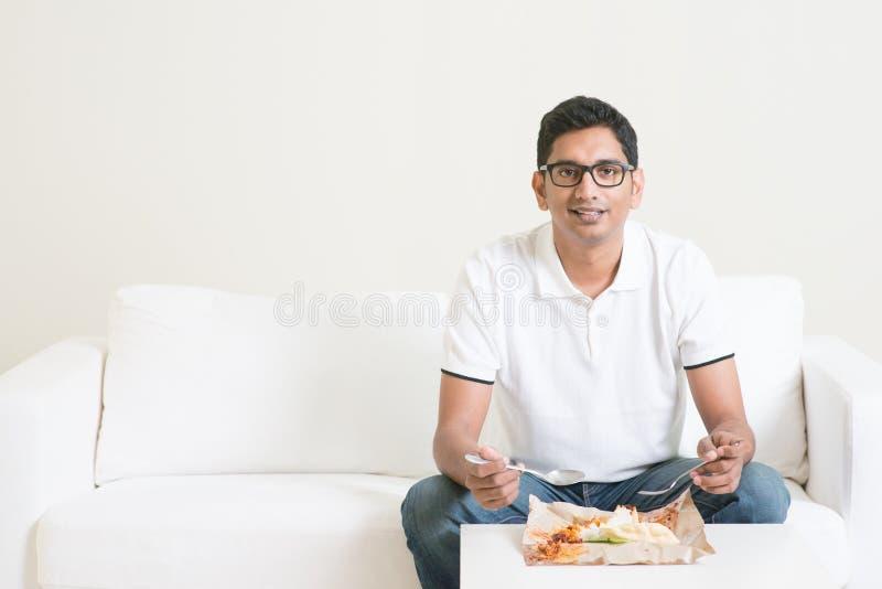 Singolo alimento mangiatore di uomini solo a casa fotografia stock libera da diritti