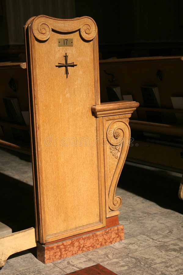 Singolo banco di chiesa immagini stock libere da diritti
