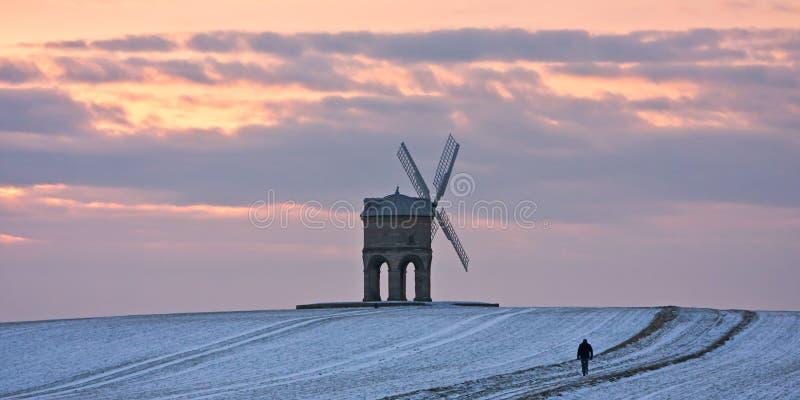 Singolo camminatore al mulino a vento di Chesterton in inverno fotografia stock