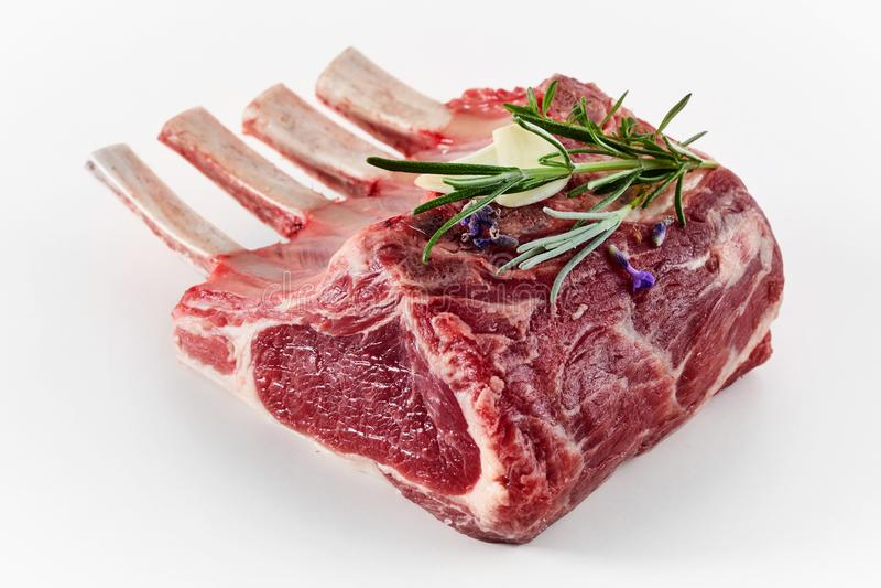 Singolo carrè di agnello della parte con i tagli con l'osso immagine stock