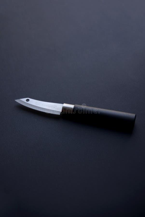 Singolo coltello su fondo scuro immagini stock libere da diritti
