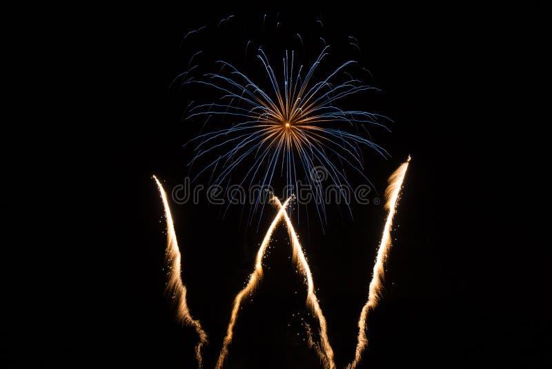 Singolo fuoco d'artificio nel cielo immagine stock
