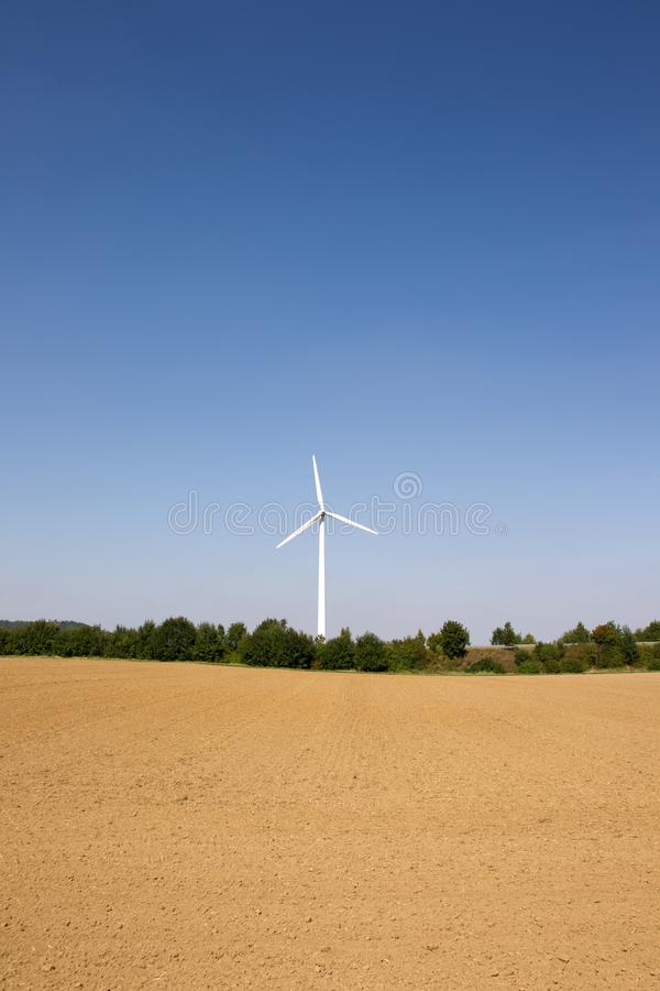 Singolo generatore eolico con cielo blu immagini stock