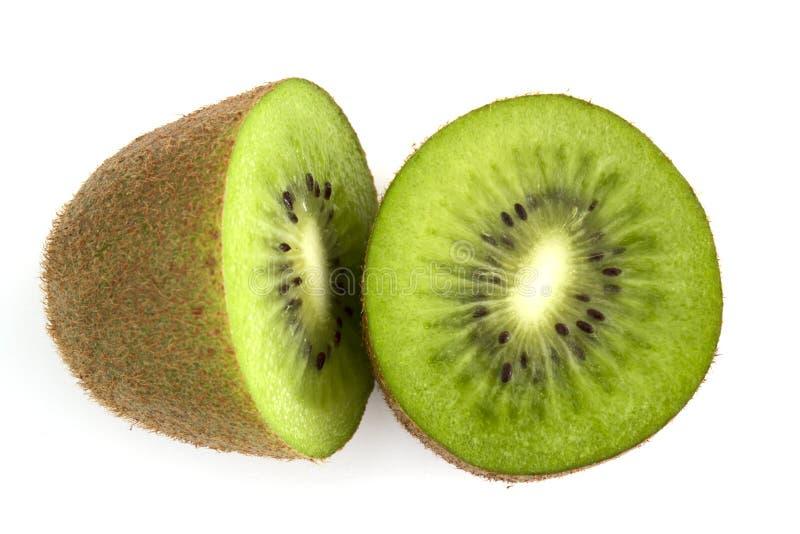 Singolo intero taglio del kiwi a metà isolato su fondo bianco immagine stock libera da diritti