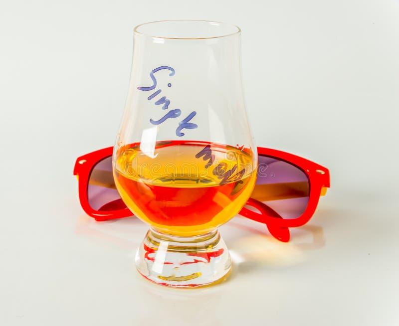 Singolo malto che assaggia vetro, singolo whiskey di malto in un vetro, bianco fotografia stock libera da diritti