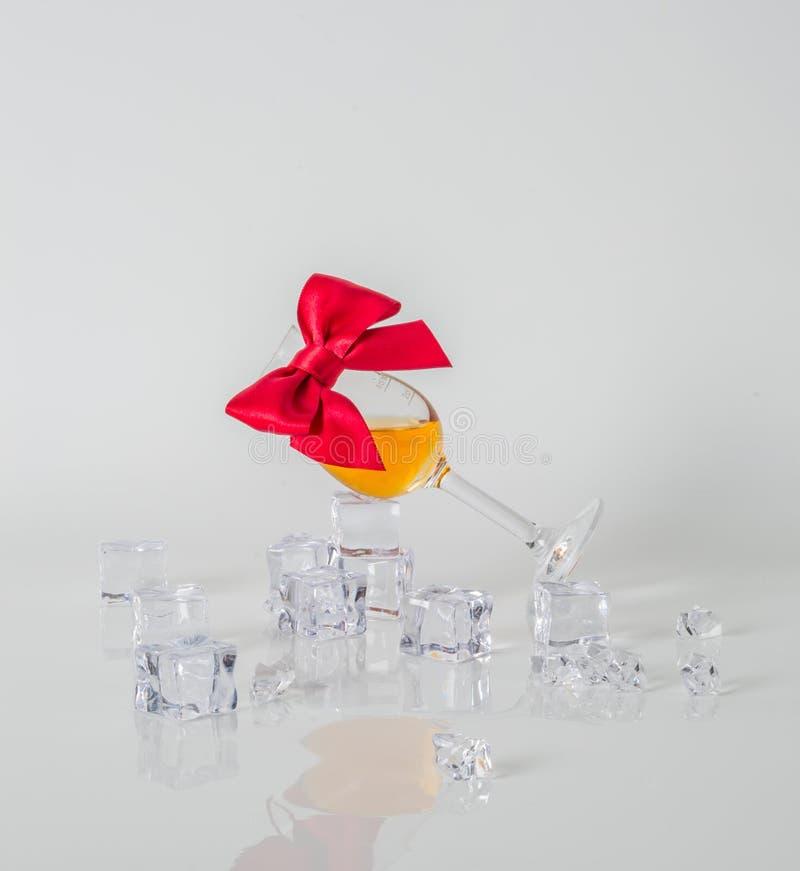 Singolo malto che assaggia vetro, singolo whiskey di malto in un vetro, bianco fotografia stock