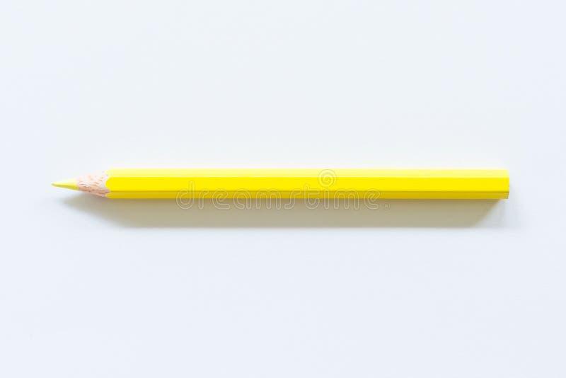 Singolo oggetto colorato giallo della matita una, vista superiore, tinta luminosa fotografia stock libera da diritti