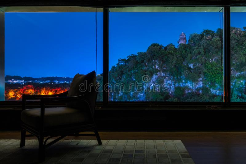 Singolo rilassamento vuoto Upsca di affari di Windows di vista della sedia del salotto immagine stock