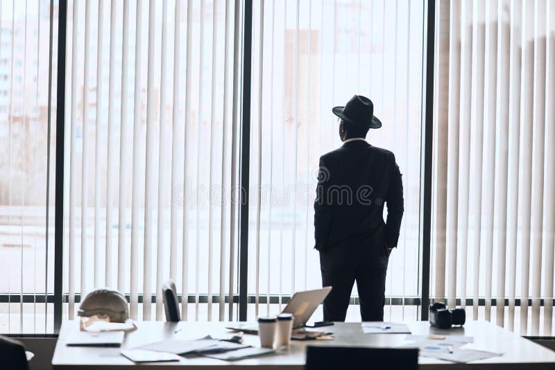 Singolo uomo d'affari nella riunione aspettante dell'attrezzatura alla moda immagine stock