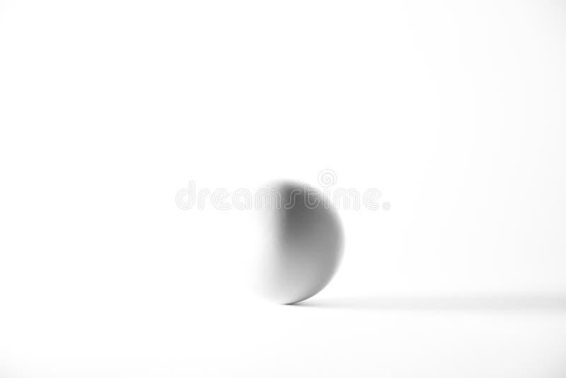 Singolo uovo isolato da fondo bianco Concetto in bianco e nero immagine stock libera da diritti