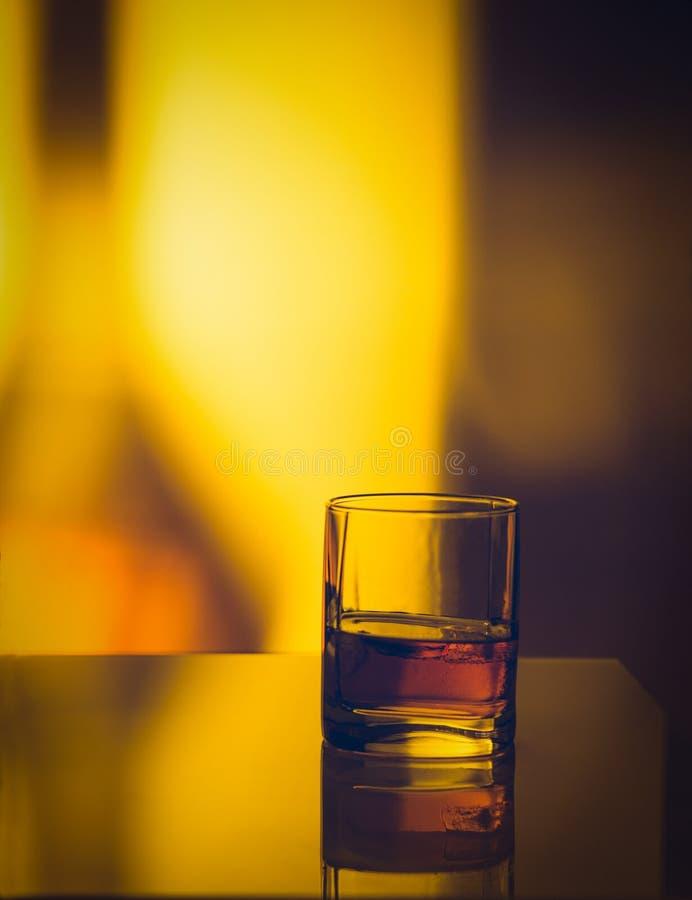 Singolo vetro di whiskey immagine stock libera da diritti