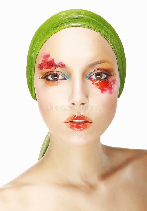 Singularidad y excentricidad. Cara diseñada de la mujer con maquillaje de teatro fotos de archivo