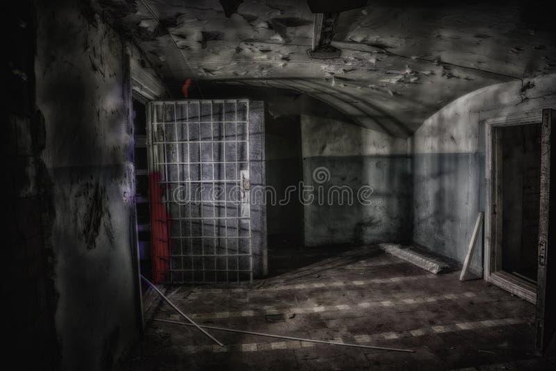 Sinister en griezelig binnenland van verlaten en rotte kliniek voor geesteszieken stock foto's